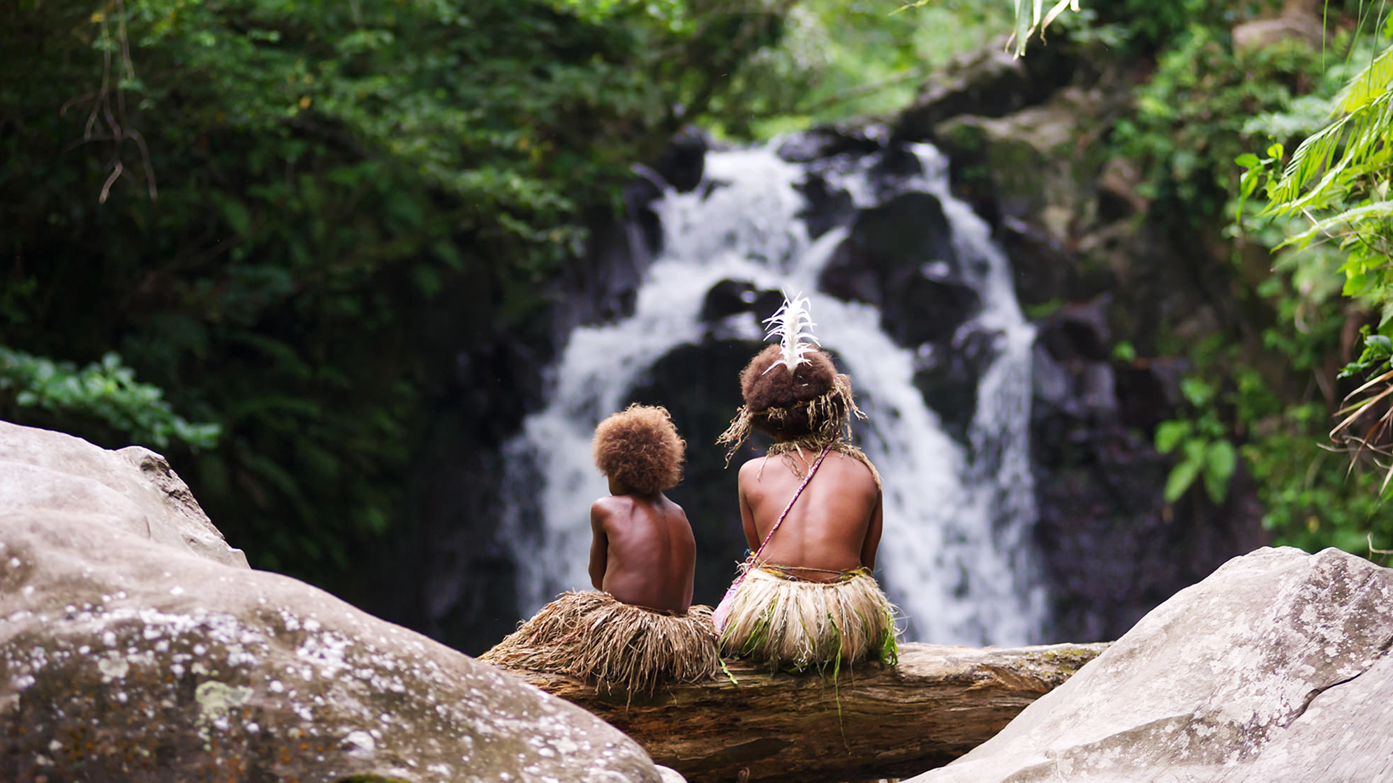 Tanna. Wawa und ihre Schwester Selin am Fluss.