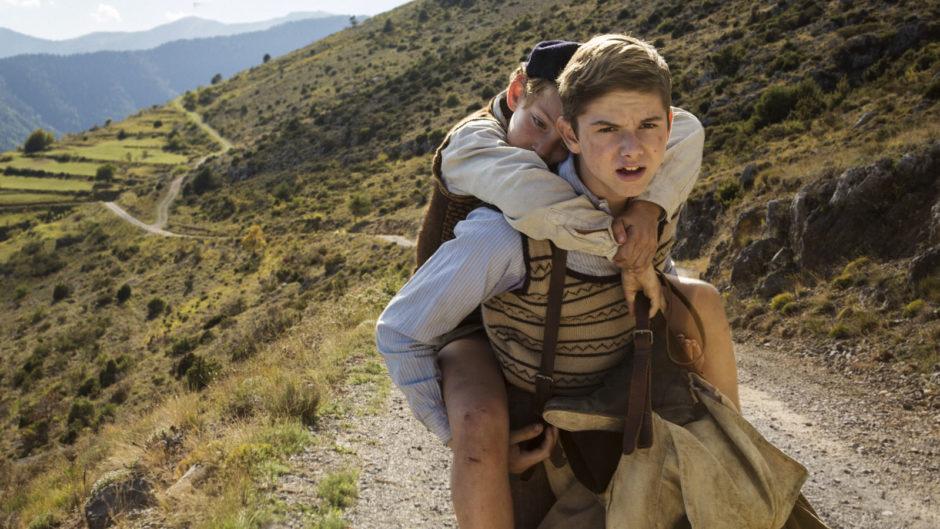 Un Sac de Billes - Maurice trägt seinen kleinen Bruder Jo auf der Flucht