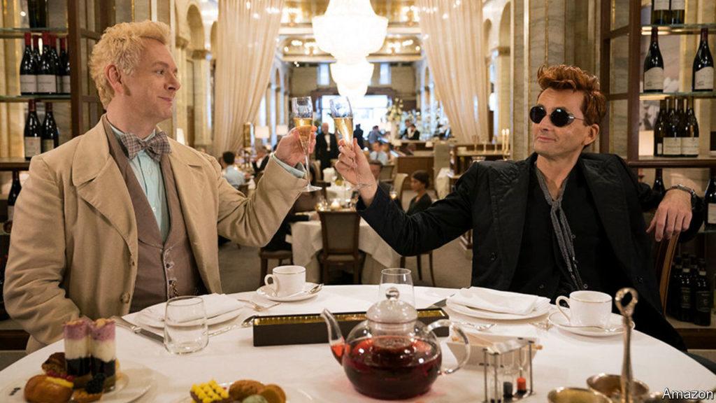 Michael Sheen als Aziraphale und David Tennant als Crowley stossen an