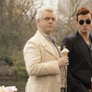 Good Omens_Michael Sheen als Aziraphale und David Tennant als Crowley beim Eis essen