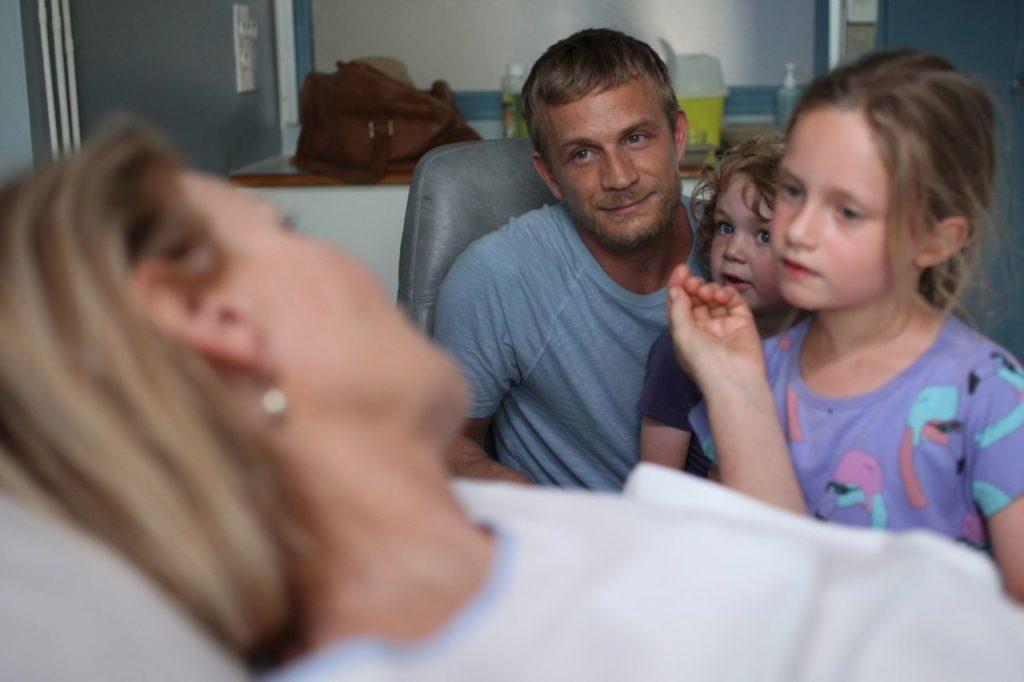 Ordre des Médecins_Simon bringt Nichte und Neffe zu seiner Mutter ins Krankenhaus
